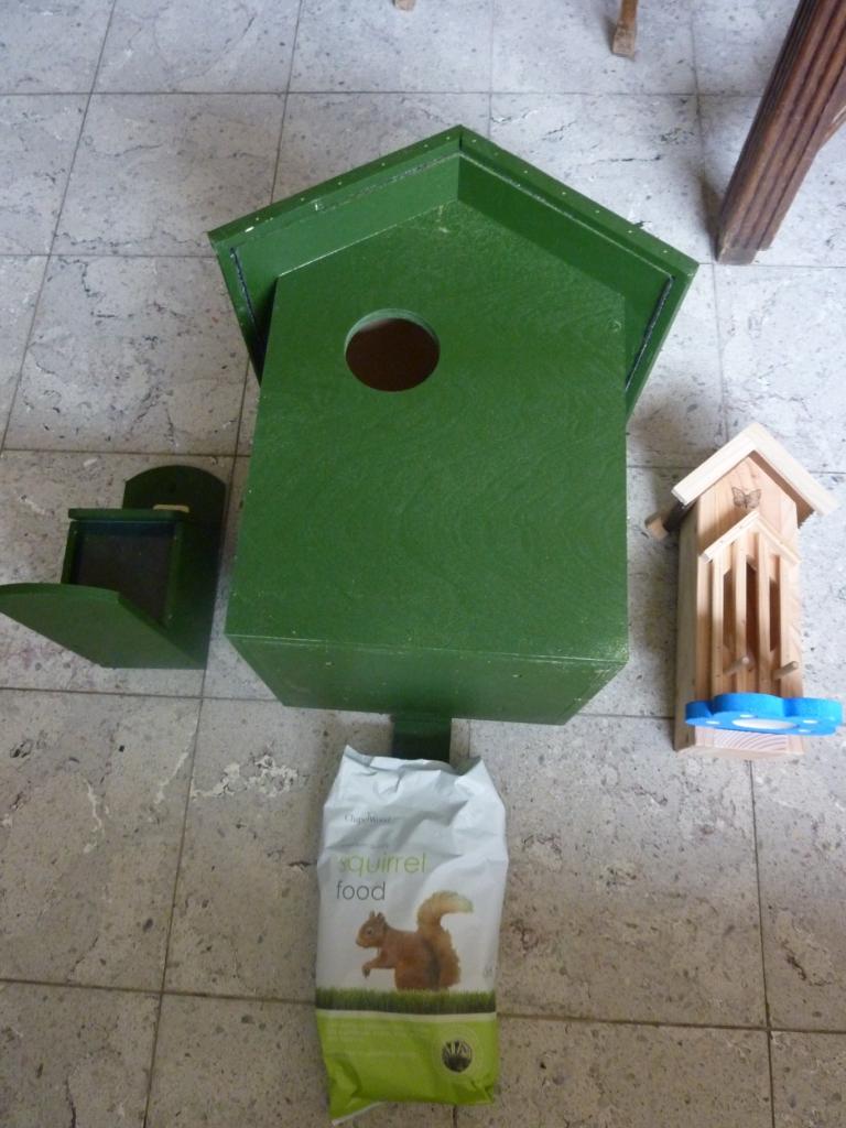 eekhoorn voederkastje, nestkastje, vlinderhuisje en eekhoorn eten